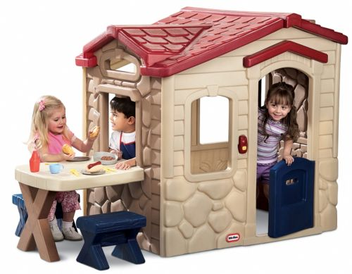 Atualmente há vários modelos de casinha infantis de plástico, o difícil será você convencer seus filhos a escolher apenas um (Foto: Divulgação)