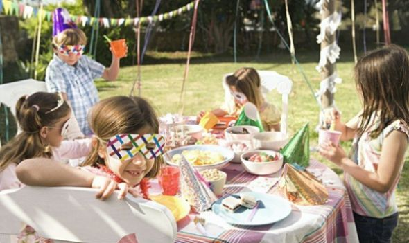 Há muitas opções de alimentos para servir em festa de aniversário infantil à tarde, basta adequar os alimentos para a temperatura da época do ano (Foto: Divulgação)