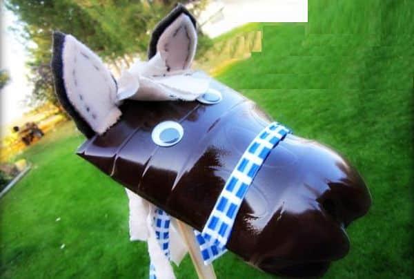 Este brinquedo infantil com garrafa pet que resulta em um simpático cavalinho encantará a meninos e meninas (Foto: athriftymom.com)