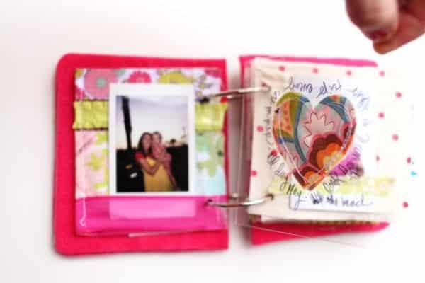 Suas fotos neste álbum de scrapbooking de tecido vão ficar muito mais emocionantes (Foto: elizabethkartchner.com)