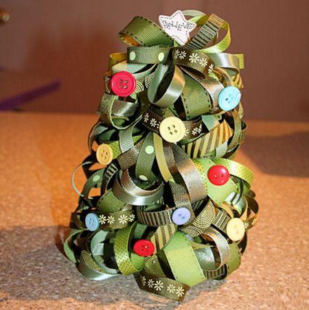 Árvore de Natal de fitas é ótima saída para quem está buscando novidade para o final de ano (Foto: familycrafts.about.com)