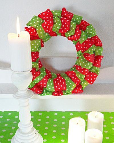 Esta guirlanda de Natal com fitas vai deixar a sua casa muito mais bonita (Foto: theribbonretreat.com)