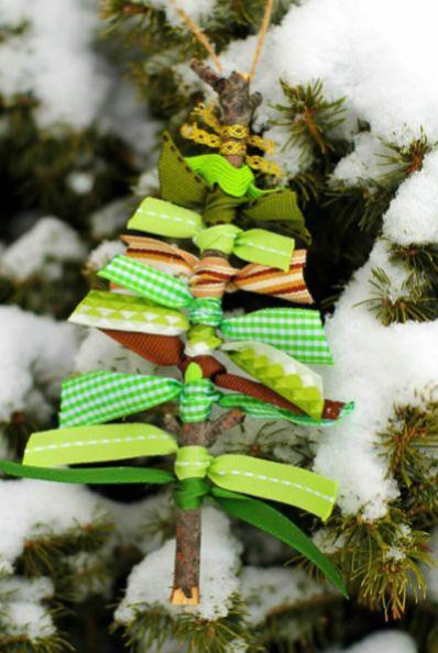 Faça este enfeite de Natal com gravetos e fitas e receba muitos elogios (Foto: comofazeremcasa.net)