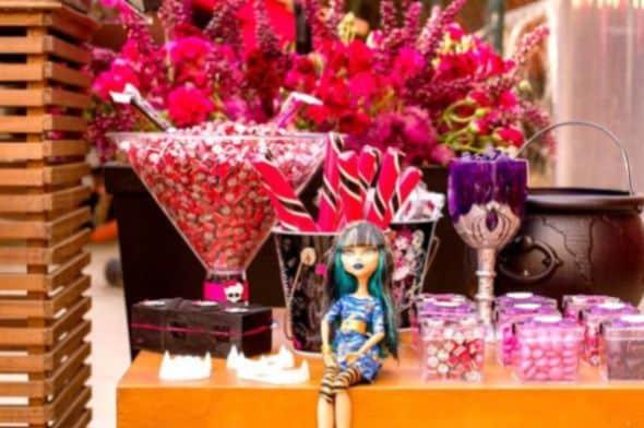 A decoração de festa infantil Monster High está sendo muito buscada atualmente (Foto: karaspartyideas.com)