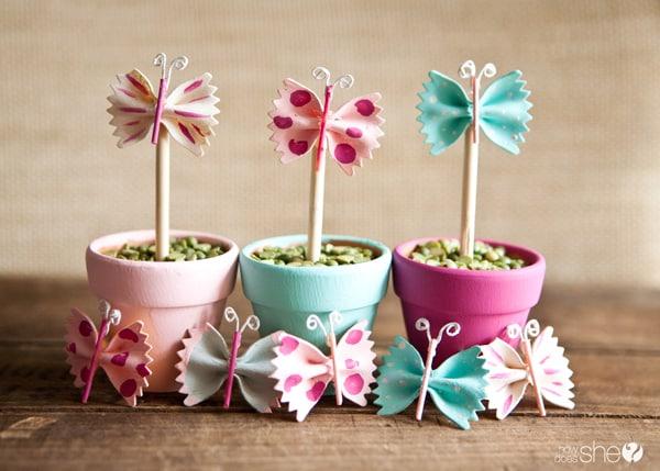 Centro de mesa para festa infantil borboletas pode ter as cores que você quiser (Foto: howdoesshe.com)