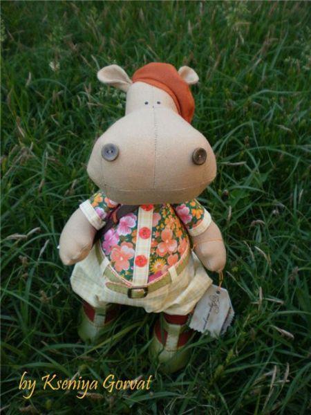 Hipopótamo em tecido pode ser menino ou menina, dependendo da roupinha que você vestir nele (Foto: mmodnaya.ru)