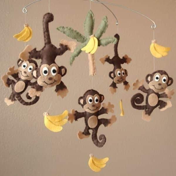 Escolha o seu modelo preferido entre os muitos modelos de móbiles de feltro para quarto de bebê (Foto: sarahy.loveitsomuch.com)