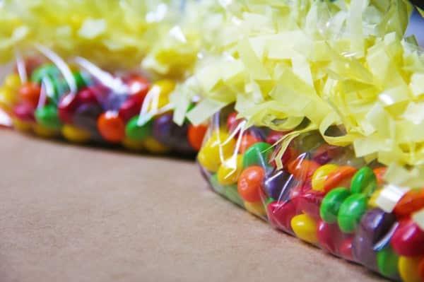 Esta divertida lembrancinha infantil com chocolate pode também ter outras cores (Foto: studiodiy.com)