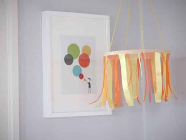 Móbile para berço com fitas pode ter as cores que você quiser (Foto: momtastic.com)