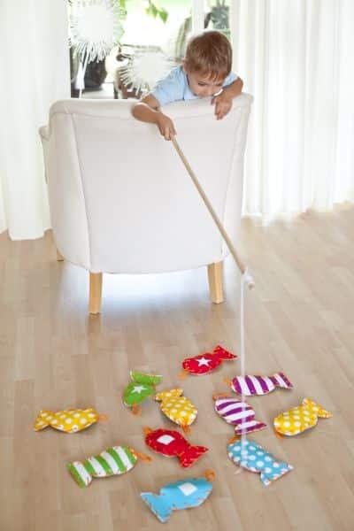 Esta ideia para pescaria infantil com papel vai alegrar as suas crianças (Foto: frogprincepaperie.com)