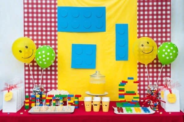 A decoração de festa infantil tema Lego pode ser usada por meninos e também por meninas (Foto: karaspartyideas.com)