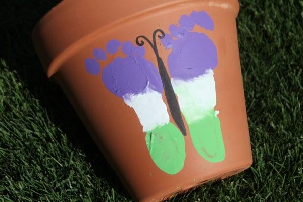 Decoração com borboleta de pezinho infantil pode ser feita em qualquer peça para decorar o seu lar (Foto: mamapapabubba.com)