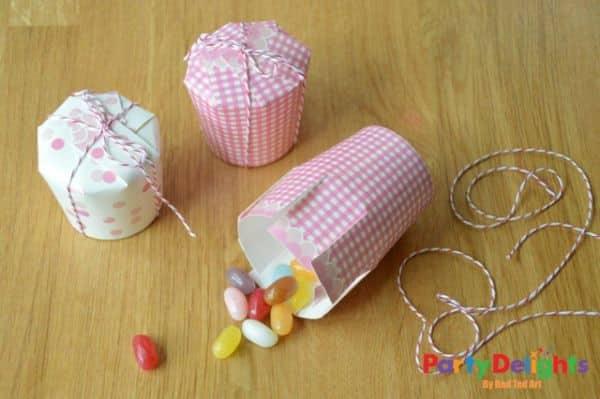 Esta lembrancinha para festa infantil de copo descartável é barata e simples, mas muito bonitinha e interessante (Foto: blog.partydelights.co.uk)
