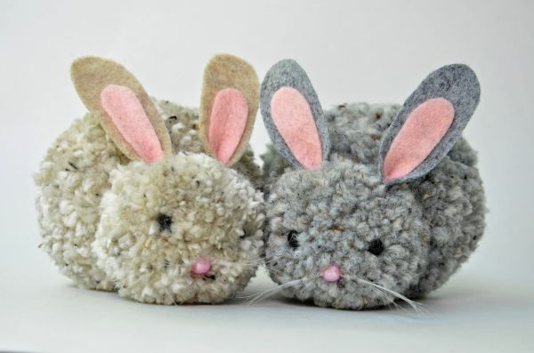Este coelho de pompom pode também ter o estilo que você desejar (Foto   ikatbag 90fe79f6461