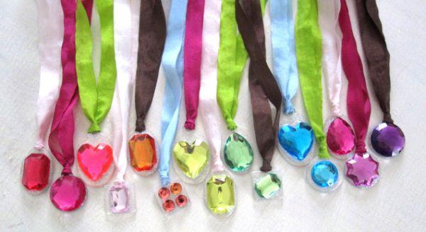 Esta ideia de colar para festa infantil fácil de fazer é linda e pode ter o estilo que você quiser(Foto: handmadehappyhour.com)