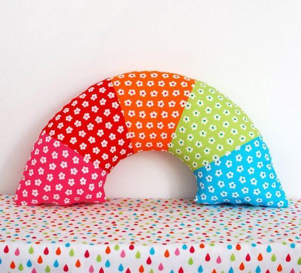Esta almofada infantil arco-íris decora de forma divertida qualquer espaço (Foto: we-are-scout.com)