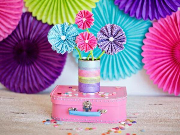 Este fofo centro de mesa infantil com flores de papel é também fácil de ser feito (Foto: diynetwork.com)