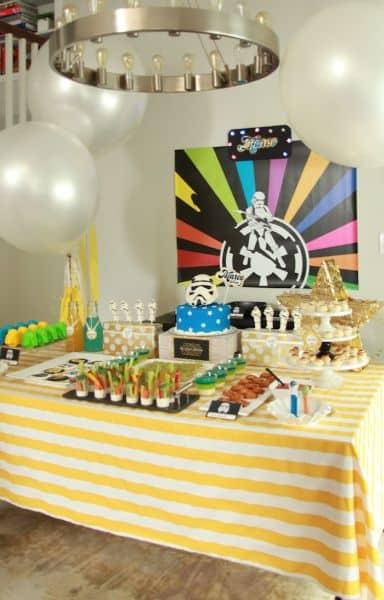 Decoração de festa infantil tema Guerra nas Estelas faz sucesso entre crianças e adultos (Foto: karaspartyideas.com)