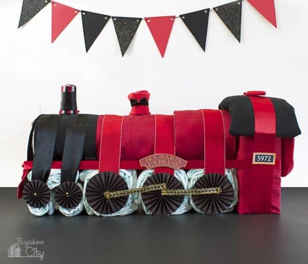 Em sua confraternização aposte nesta ideia de trem de fraldas para chá para bebê (Foto: bugaboocity.com)