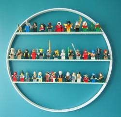 Esta prateleira diferente para quarto infantil pode ter o estilo que você desejar (Foto: kimberlystoney.blogspot.com)