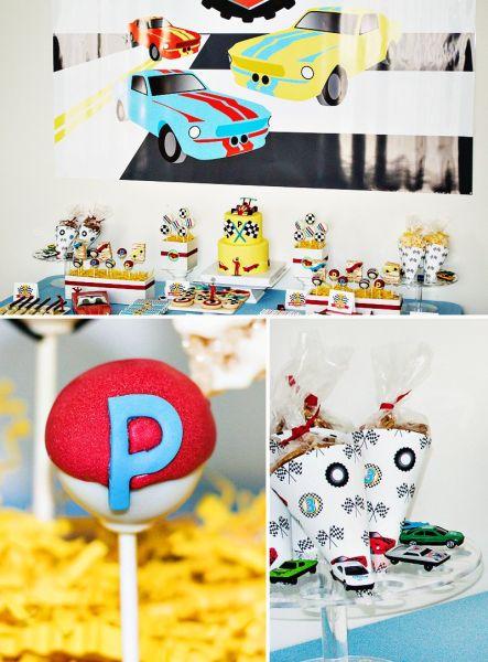 A decoração de festa infantil tema corrido de carros é divertidas e os pequenos adoram (Foto: blog.hwtm.com)