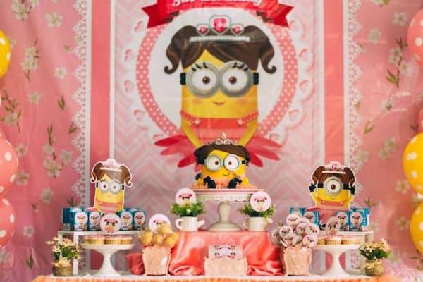 Aposte em ao menos uma das muitas ideias de festa infantil dos Minions para meninas (Foto: karaspartyideas.com)