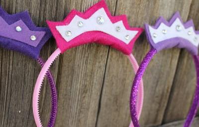 A sua festinha também pode ficar mais animada com esta linda tiara infantil de princesa (Foto: inspiresuafesta.com)