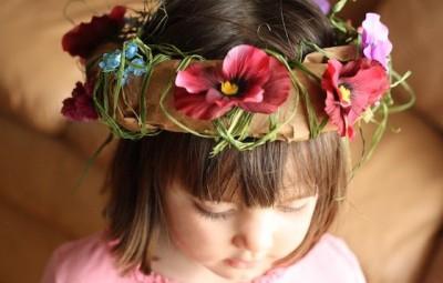 Faça já uma coroa infantil com papel para divertir a sua criança (Foto: happyhooligans.ca)
