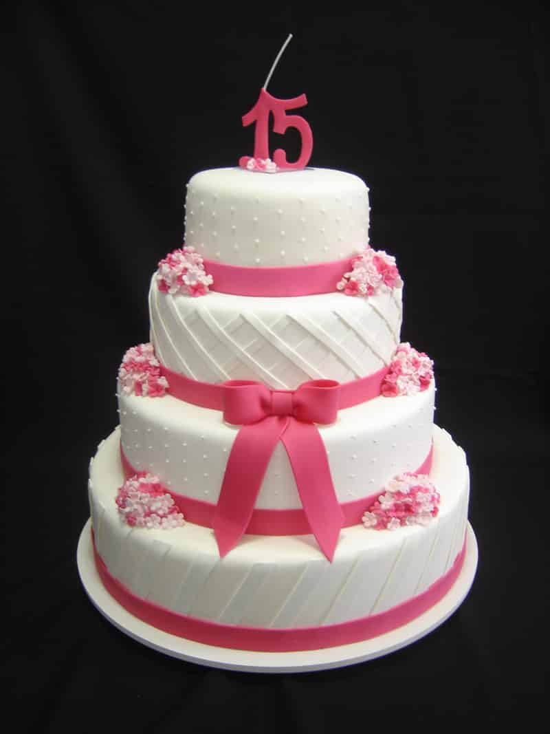 bolo 15 anos branco e rosa