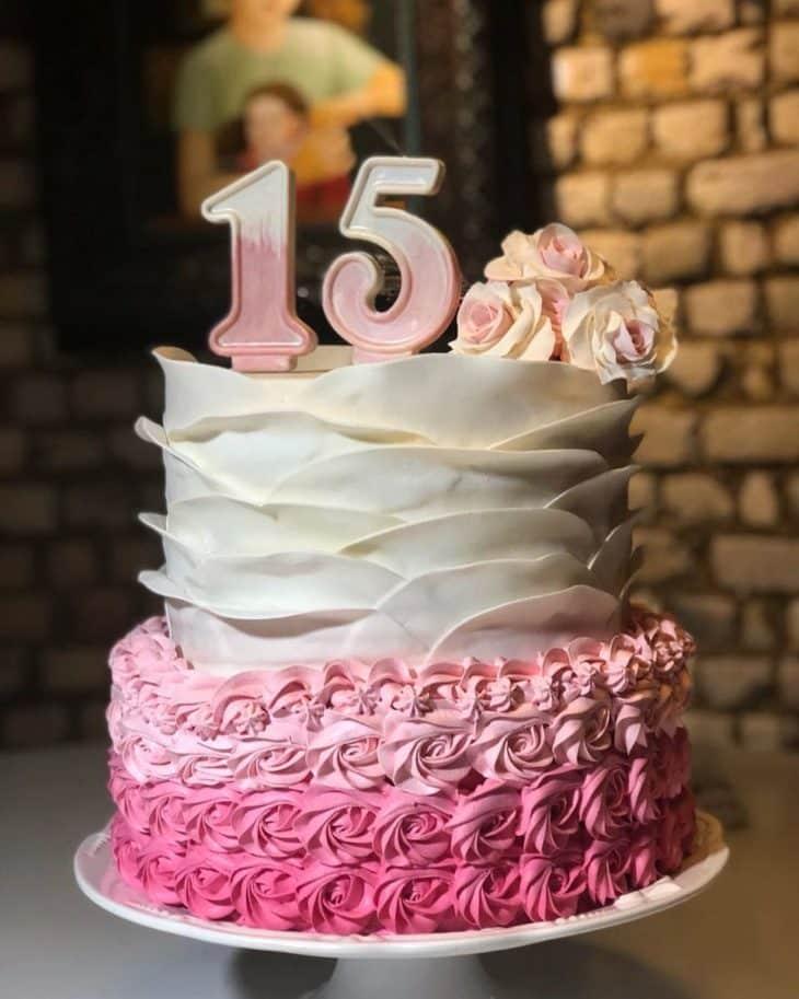 bolo com flores rosa