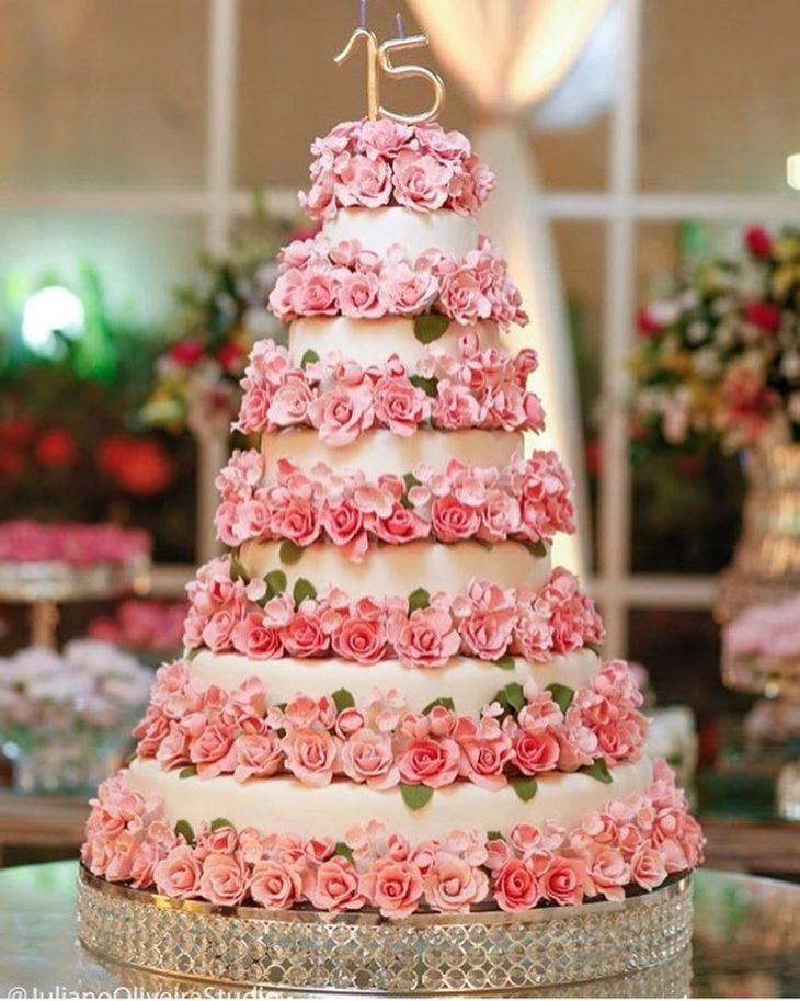 bolo com flores rosas