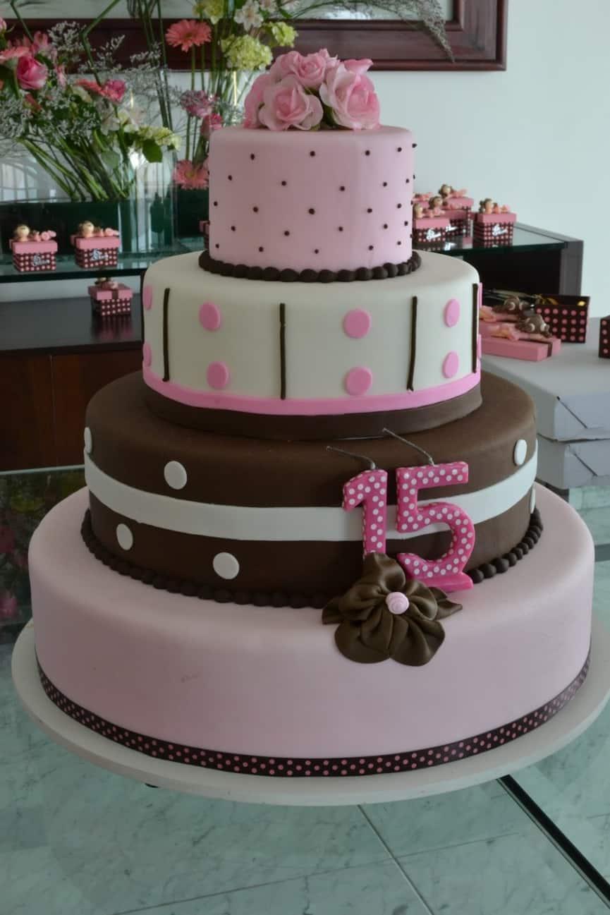 bolo marrom e rosa