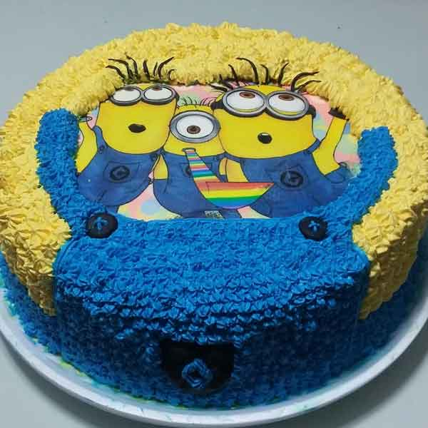 Bolo dos Minions decorado com chantilly