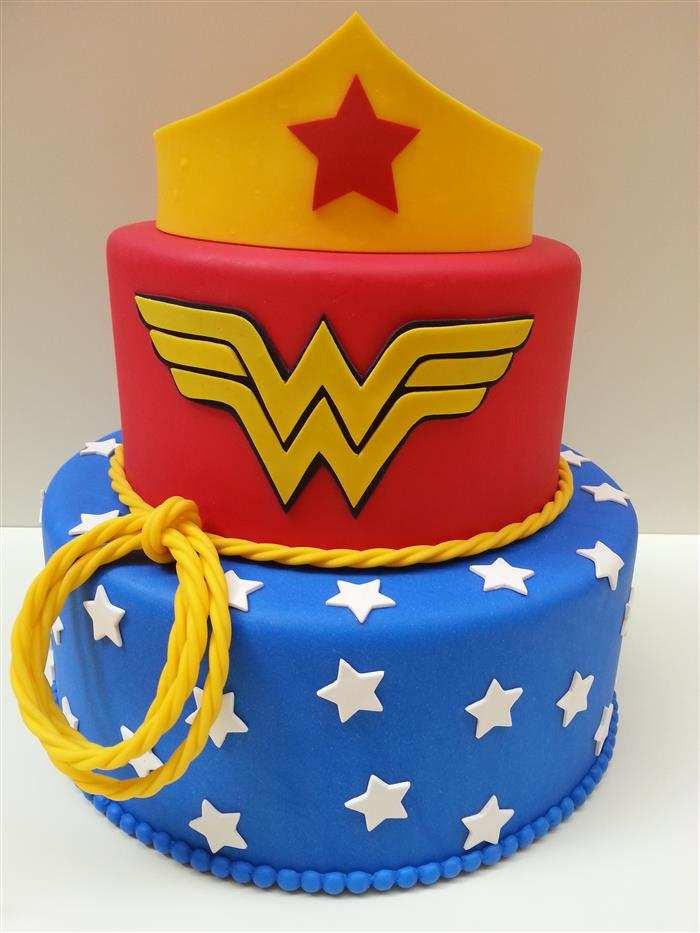 bolo mulher maravilha 2 andares de pasta americana