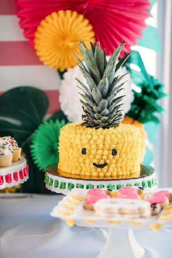 bolo em formato de abacaxi