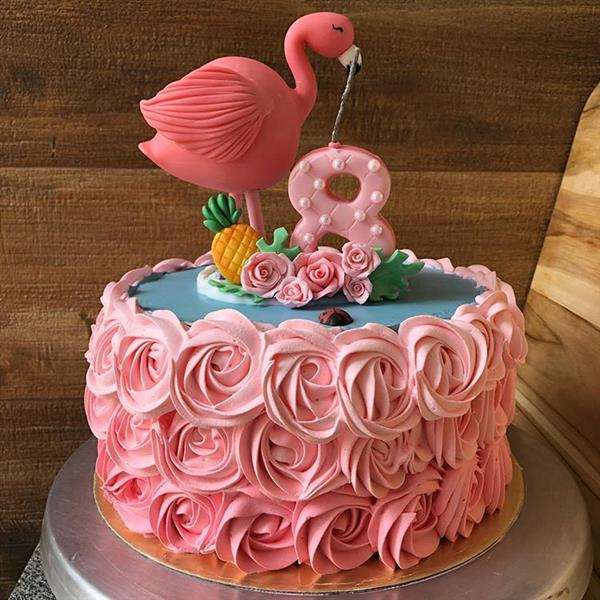bolo flamingo com rosas de chantilly