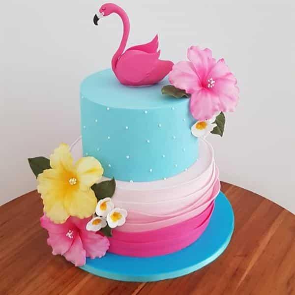 bolo decorado com pasta americana azul e rosa