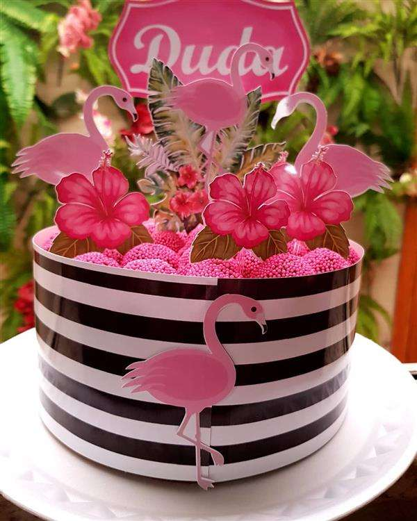 decoração de bolo com docinhos