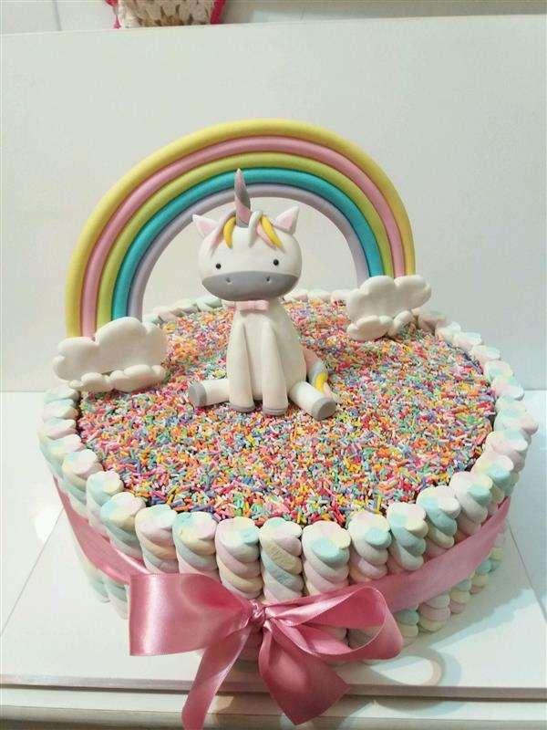 bolo de unicórnio decorado com marshmallow