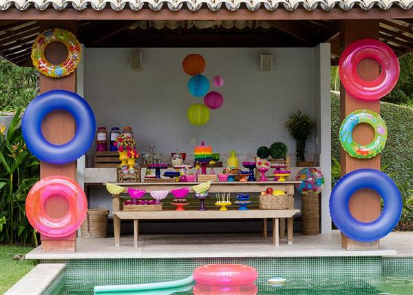 festa tropical na piscina