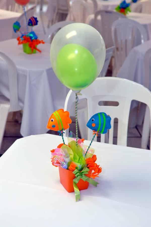 centro de mesa de festa infantil feito de baloes