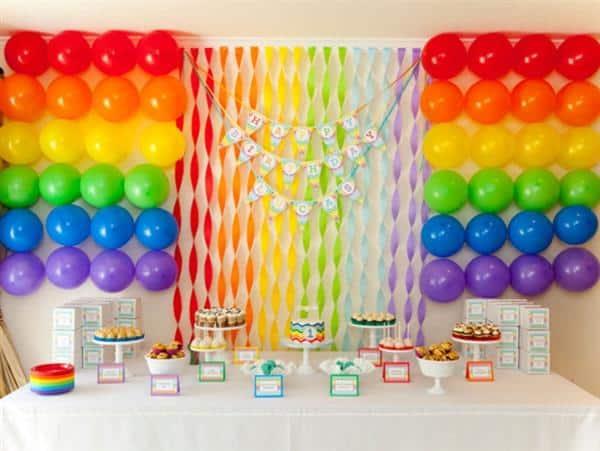 decoração com cortina de papel crepom e baloes