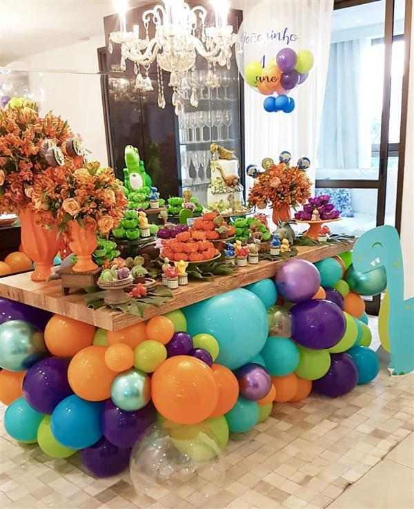 baloes coloridos embaixo da mesa