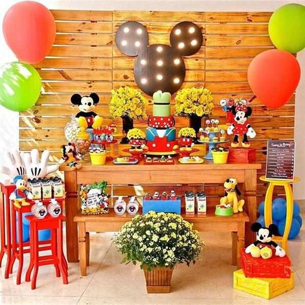 festa infantil simples com baloes coloridos