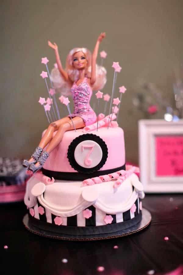 bolo com a boneca