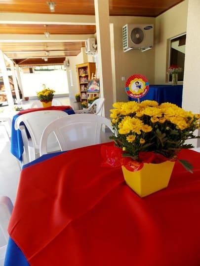 centro de mesa com vasinho de flores