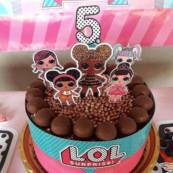bolo decorado com faixa lateral