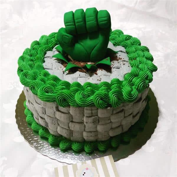 com a mão do hulk
