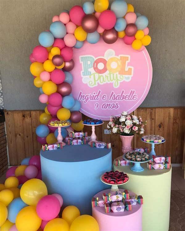 decoração festa na piscina rosa