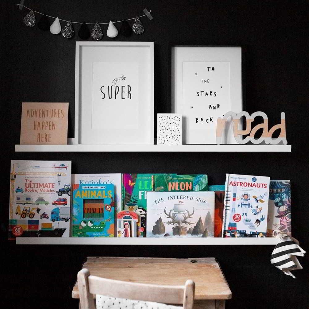 parede preta com livros